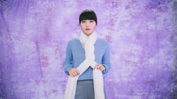 冬のマストアイテム!毛足の長いロングマフラーの巻き方で女子力アップの5番目の画像