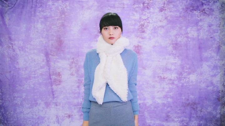 冬のマストアイテム!毛足の長いロングマフラーの巻き方で女子力アップの8番目の画像