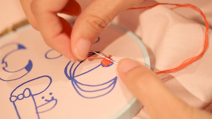刺繍する様子