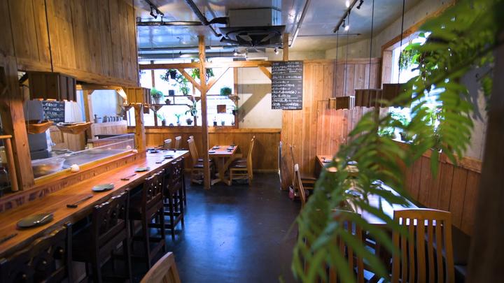 ナチュラルな店内と迫力のオープンキッチンが魅力。新宿「遊猿」でいただく旨辛本格中華の2番目の画像