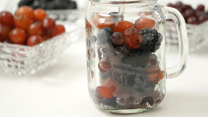 果物が入ったボトル