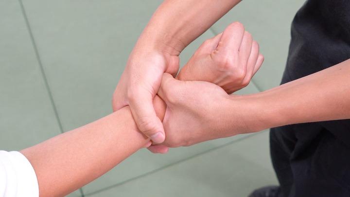 """手首を""""両手""""で掴まれたときの護身術"""