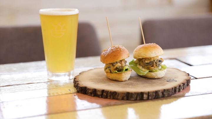 クラフトビールと牡蠣フライのミニバーガー