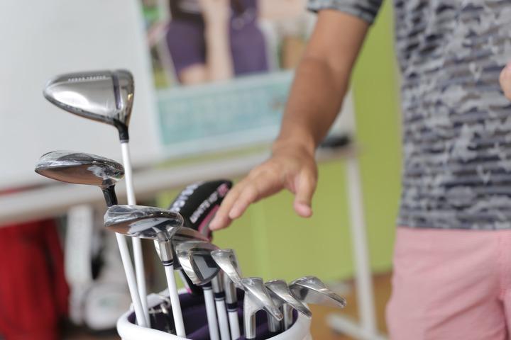 ゴルフクラブを選ぶ画像