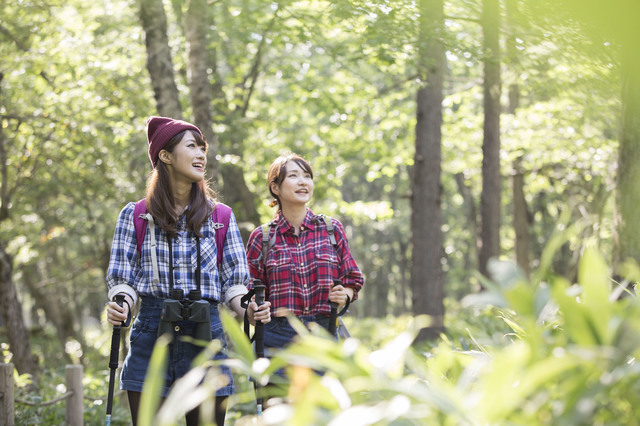 登山する女性2人