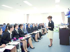 埼玉女子短期大学{国際コミュニケーション学科 エアライン・ホスピタリティコースのイメージ