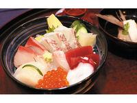 どんぶりいっぱい、こぼれるおいしさ!海鮮丼の画像
