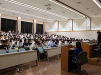 文系3学部(商/法/現代教養)の紹介、学生がキャンパスを先導の画像