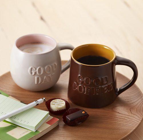 (写真左) 「グッドデーマグ(ミルクグレー)」 (写真右) 「グッドコーヒーマグ(ブラウン)」 各1,350円