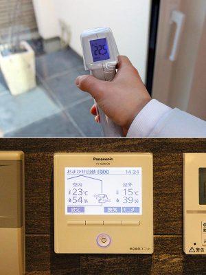【写真上】真冬日でも窓際の温度は22.5℃。トリプルガラスなので、結露もほぼないという。ちなみにモデルハウスのすぐ横は高架線路があり電車が走っているが、室内にいるとほとんど電車の音は聞こえないくらい遮音性にも優れている。<br><br>  【写真下】家じゅうの空気環境が一目でわかるモニター。どの時間帯でもほぼ20℃以上を保っている&#8221;/></a></figure>    <p>【写真上】真冬日でも窓際の温度は22.5℃。トリプルガラスなので、結露もほぼないという。ちなみにモデルハウスのすぐ横は高架線路があり電車が走っているが、室内にいるとほとんど電車の音は聞こえないくらい遮音性にも優れている。</p>    <p>  【写真下】家じゅうの空気環境が一目でわかるモニター。どの時間帯でもほぼ20℃以上を保っている</p>    <p>まずはエネルギーの自給自足を可能にした同社の「U-Smart2020」を見学させてもらった。<br> <br> 風の強い冬日の取材だったが、玄関を入るとふんわり暖かい空気に包まれた。計測してみると外の気温は5.9℃だが、室温は23.2℃、壁が22°で窓は22.5℃、足元は21.3℃と室温、壁、窓、床がほぼ同じ温度となっていた。<br> <br> 「U-Smart2020」は、ZEHの上位基準のZEH+に位置付けられ、省エネの削減目標をクリアしたHEAT20のG2グレード(※1)を達成したスマートハウス。<br> <br> 「あまり知られていませんが、家の中の温度差が原因で命を落とす方は交通事故死の約4倍にものぼるという厚生労働省の調査結果が出ているんです。いわゆるヒートショックと呼ばれるものです。家は家族の健康や命を守るべきものなので、家じゅうどこにいても温度差を感じない、そういう工夫が必須だと考えます」<br> <br> センサーが室内と外気の温度・湿度の差を感知。効率良く熱交換することで、熱のロスを大幅に抑える独自の換気システムにより、床暖房はなくエアコン1台で吹き抜けのある2階建ての家のすみずみまで一定の温度に保っている。さらに、窓にトリプルガラスと樹脂サッシを採用。<br> <br> 「真冬には室内の熱の50%以上が窓から逃げていくといわれています。つまり窓が家の性能をあげる鍵ともいえるんです」と山口さん。断熱性能を上げることで冷暖房の効率を上げ電気代を抑えているという。<br> <br> 冷暖房をはじめ家じゅうで使う電気は、太陽光発電で創り出した電力をダイレクトに供給するため電気代はかからない。また夜は、日中に蓄電しておいた電気が供給されるのでほぼ電気を買う必要はない。そのうえ、この蓄電池は人工知能(AI)を搭載しているため、効率よく最適化された暮らしを提案してくれるのだという。<br> <br> 「あらかじめ気象情報を収集し、電力需要、発電予測を分析、学習してくれる優れものです。その家庭にあった電気の使い方を自動的に選択してくれます。例えば翌日が雨の予報であれば、夜中の安い電力を家庭の蓄電池に貯めて、翌日雨で発電できなくても貯めた電気で日中の電気をまかなえるようにしてくれるんです。<br> こうして電気を自給自足できれば20年間で約830万円、35年で約1,400万円の経済効果が見込めるんですよ」<br> <br> 同社の試算(※2)によると、従来通り電気を買う生活なら電気代は20年間で約480万円。一方、電気自給率100%の家で、必要な分は自分たちで使い余った電力を売れば売電収入は約350万円になる。その差は約830万円になるということだ。<br> さらに今後この差は広がっていくと山口さんは言う。<br> <br> 「理由は電気料金の値上がりの可能性です。電気料金に含まれている再エネ賦課金(再生可能エネルギー発電促進賦課金)は電気料金に含まれて請求されていますが、単価が年々上がっているのです(毎年5月更新)。<br> 2012年0.22円/kWhだったものが2018年では2.90円/kWh。年額でいうと当初は1,000円くらいだったものが今では13,000円ほどになっています。今後も上がり続けることが予想され、住宅ローンを抱える人にとっては大きな負担となることが予測されます」<br> <br> しかも一般的な住宅の余剰電力の買取価格は、2018年には26円/kWh、2019年には24円/kWhと毎年下がり続けている(※3)。固定買取制度スタート時の2012年は42円/kWhだったことを考えると、かなり下がっていることがわかる。<br> <br> 「さらに使用済核燃料再処理費用や廃炉負担金も電気料金に含まれていますが、こちらも今後上がってくる懸念があります。再エネ賦課金も再処理費