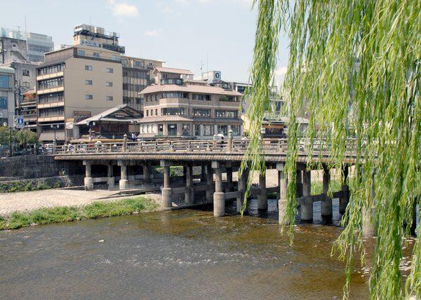 京都市は「高度地区における高さ規制の緩和」によってマンション建設を促進し、神戸市では「特別用途地区による規制の強化」によってマンション建設を抑制。この手法によって本当に住宅施策の目的は果たせるのだろうか