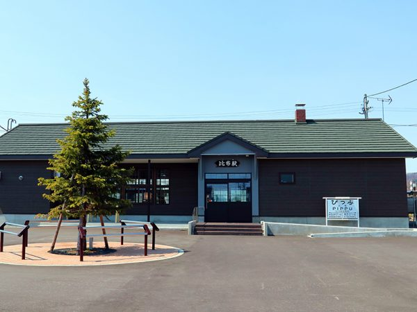 老朽化した比布駅木造駅舎を町役場が建て替え。人が集う「まちの顔」が甦った | 住まいの「本当」と「今」を伝える情報サイト【LIFULL HOME'S PRESS】