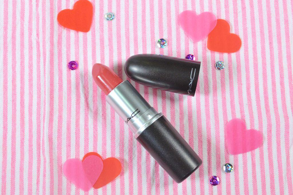 赤のようでありコーラルのようでもある、ピンクっぽさも感じる中間的なカラー