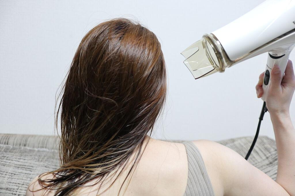 後ろ姿から感じる大人の色気。ヘアオイルで思わず触りたくなる髪の毛に♡の画像