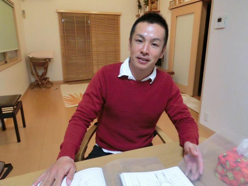 新定置網の設計図を広げる和田謙太郎さん