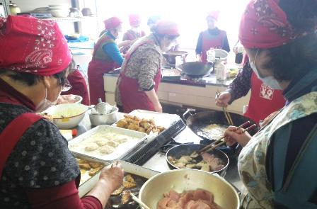 アオザメでレシピを開発する漁業女性部の皆さん 写真提供:勝浦水産事務所