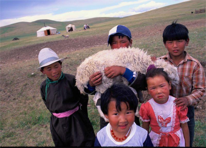子羊と遊ぶモンゴルの子ども達 写真:飯田裕子