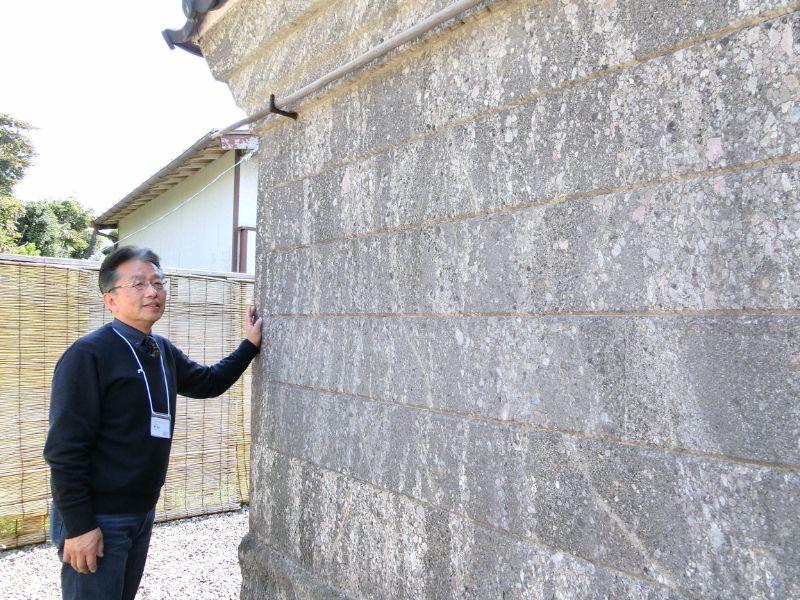 房州石で造られた「鈴木家住宅石蔵」(国登録有形文化財)を解説する風戸重利さん