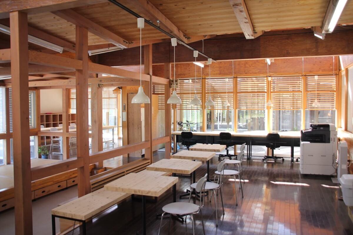 無印良品のオフィス家具が配置されたコワーキングスペース(写真:良品計画)