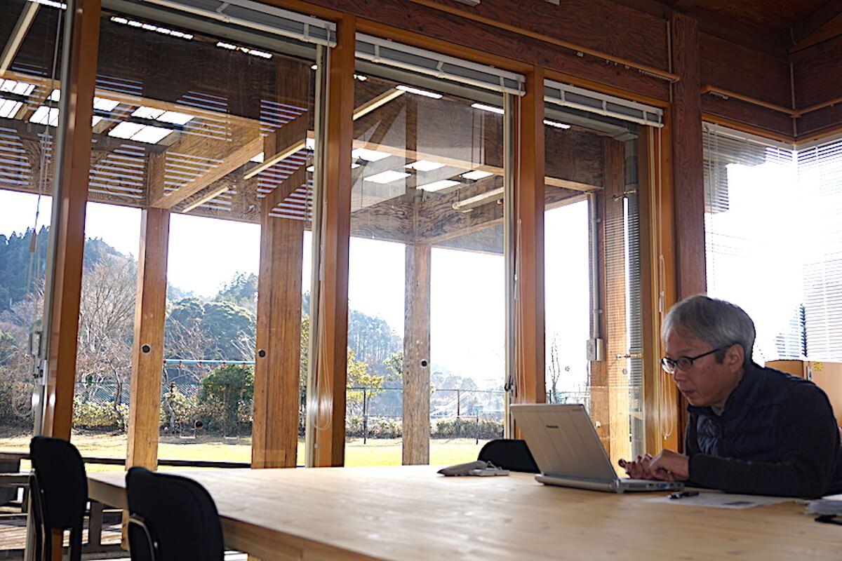 コワーキングスペースに構えた良品計画大多喜事務所のオフィスで仕事をする中川さん