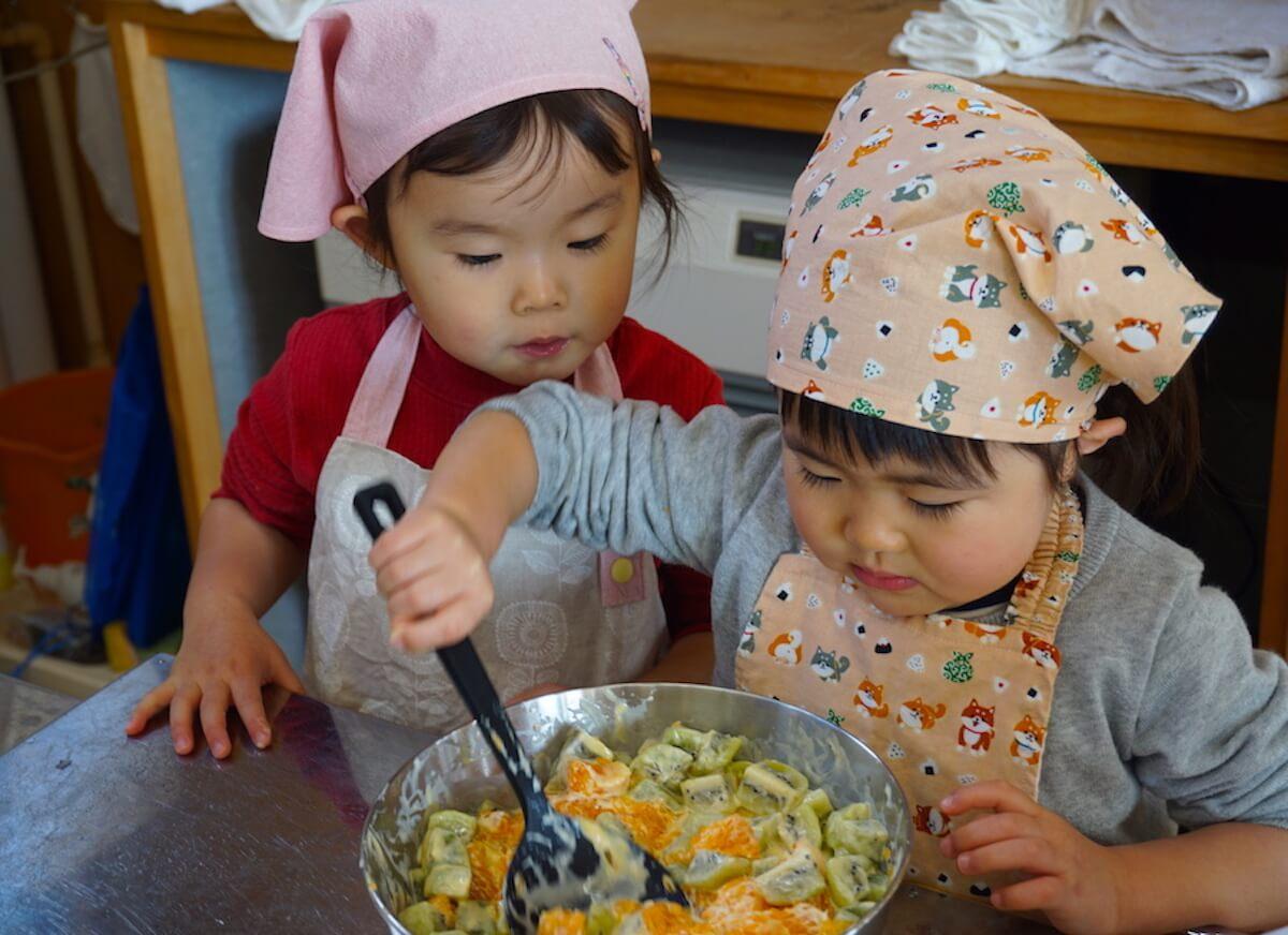みんな食堂で出す料理づくりに子どもたちもお手伝いで参加しました