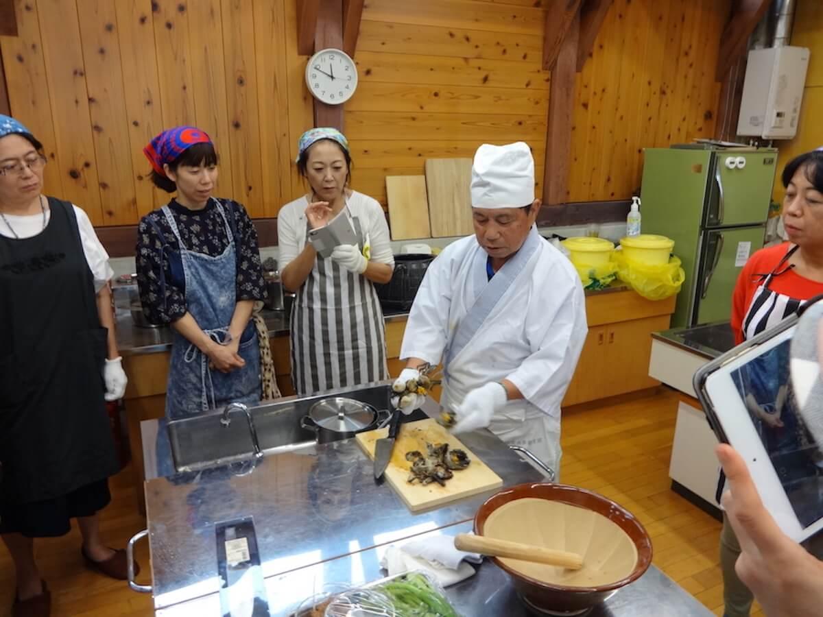 ワークショップで伝統のカニごし汁をつくる漁師の高梨喜一郎さん(写真:良品計画)