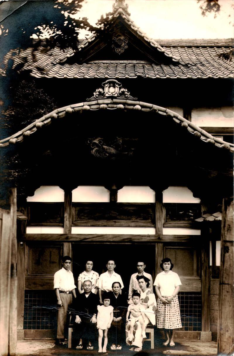 初代主人の平松吉弘さんが小杉湯を購入した頃の家族写真(提供:小杉湯)