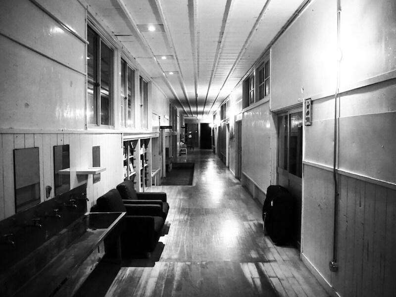 純子さんが撮影した、静寂に包まれる夜の木造校舎