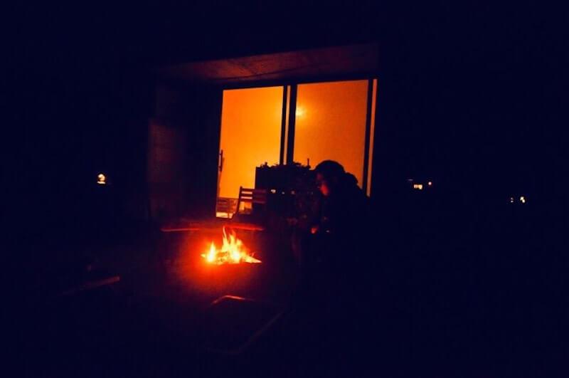 バーベキュー後は焚火タイム。薪も自前で調達しています