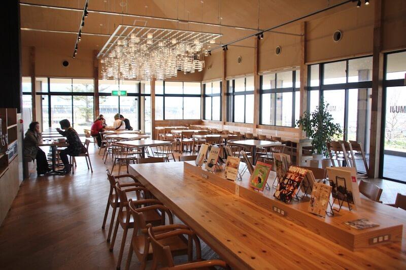 「みんなみの里」の中にできたCafe & Meal MUJI  広大な田園と里山に囲まれている