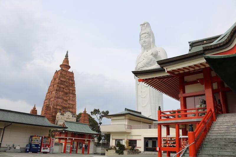 1958年に開山した久留米成田山。巨大な大観音像と大仏塔がそびえ立ちます。