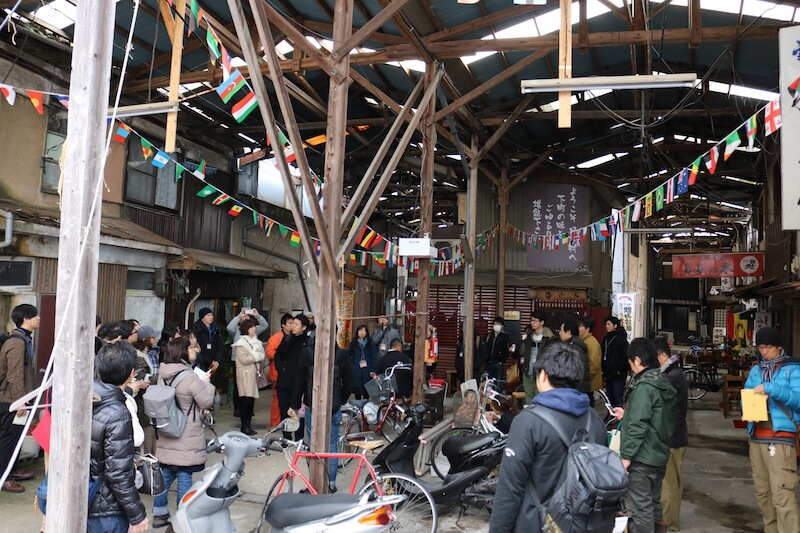 空き店舗0だという日吉市場。昭和感をかもしつつ新旧の店が入り混じります。