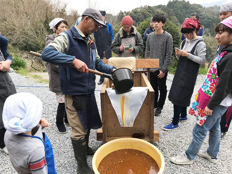 毎年、冬のあいだに行なう醤油搾り。約一年間、じっくり発酵させた醪(もろみ)に圧力をかけて搾り出す。