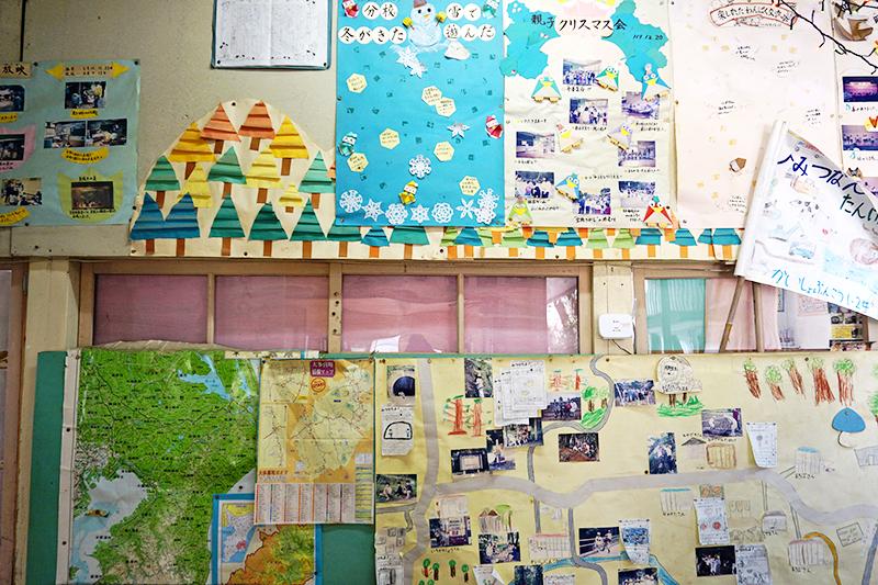 廊下や教室の壁いっぱいに、子どもたちの作品が残されています。