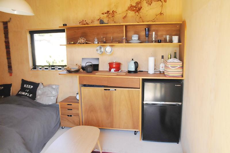 キッチンカウンターも兼ねる壁面収納。電源があるのでちょっとした煮炊きもOK
