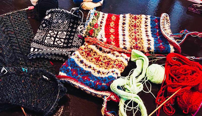 編み物教室に集う生徒さんたちの作品。細かい作業も仲間がいれば捗ります