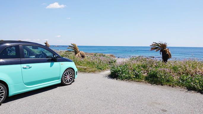 ツーリストも営業車も地元の人も、駐車場で海と空を眺めながらそれぞれの時間を楽しみます
