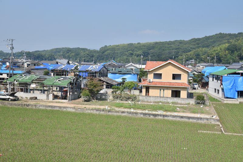 浸水被害と水害の影響による工場爆発の復興作業で、大量のブルーシートが使われた