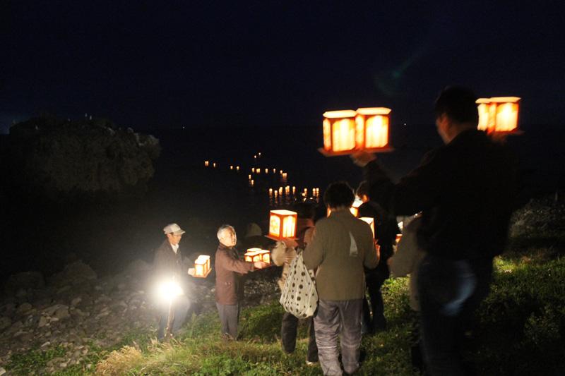 賽の河原祭りでの灯籠流し(提供:奥尻島観光協会)