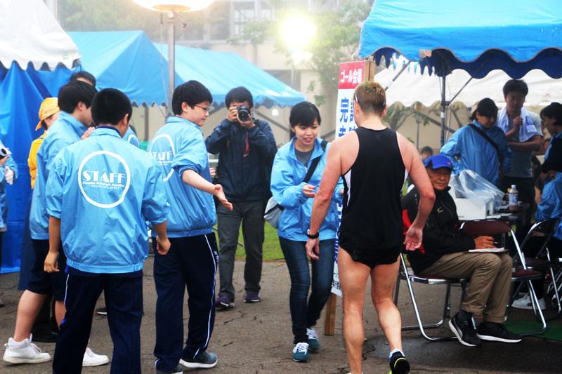 ランナーを出迎える奧尻高校ボランティアスタッフと島民の方々