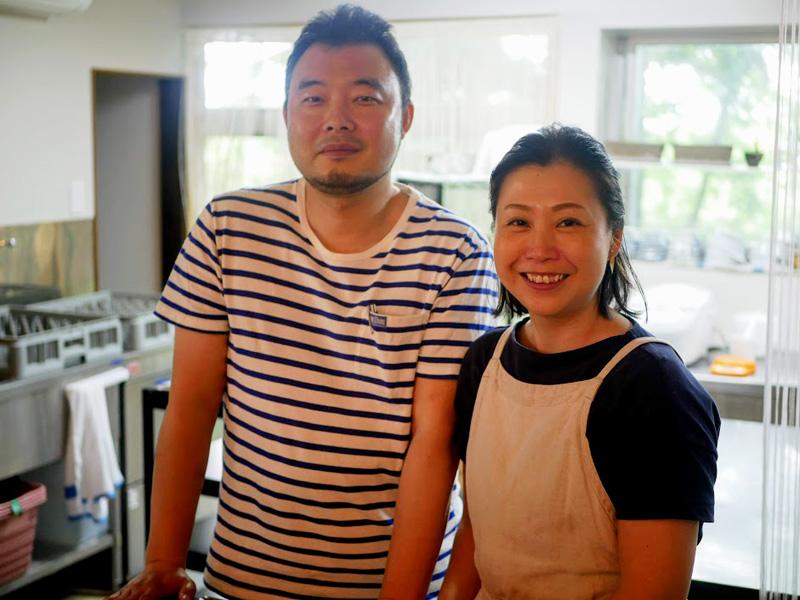 2年前に東京から移住してきたオーブンカトウの加藤博紀さん・あさ野さん夫婦 あさ野さんは今井氏の孫