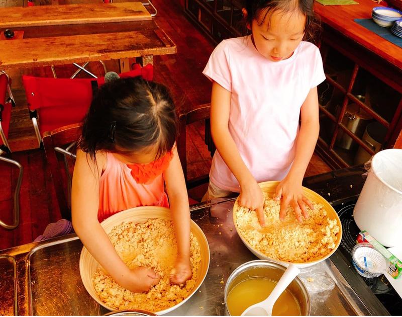 シラハマ校舎のシェアキッチンにて、味噌づくりにチャレンジ!