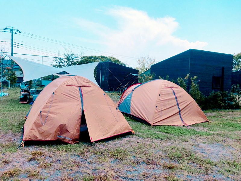 ゴールデンウィークの1コマ。キャンプ慣れした友人たちがテントを広げています