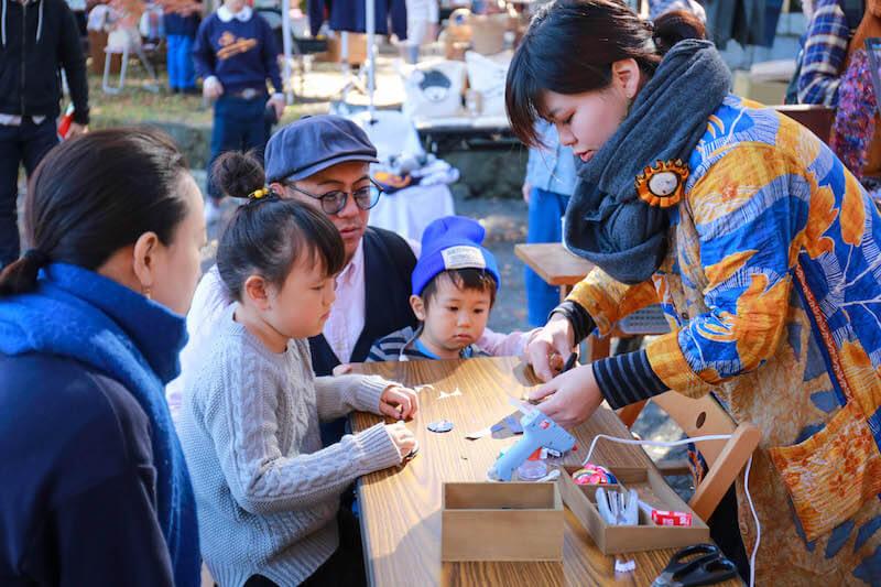 ハタフェスで子ども向けのワークショップを行う移住組のテキスタイルデザイナーの女性