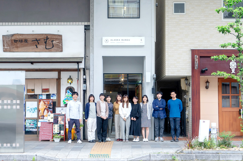 リトルクリエイティブセンターのメンバー。岐阜市にある本社前にて。