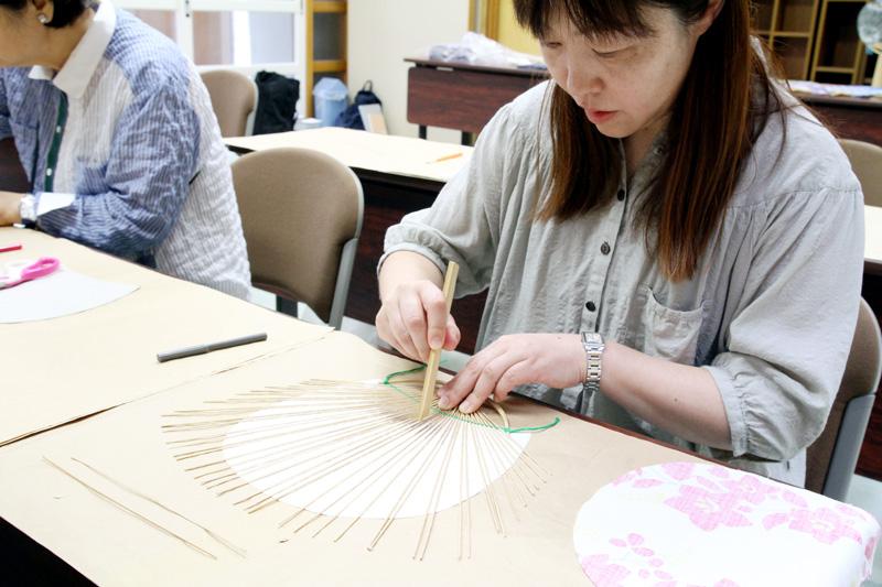 竹べらを使って糊のついた骨を等間隔に整えていく工程。本数が多いので意外とむずかしい