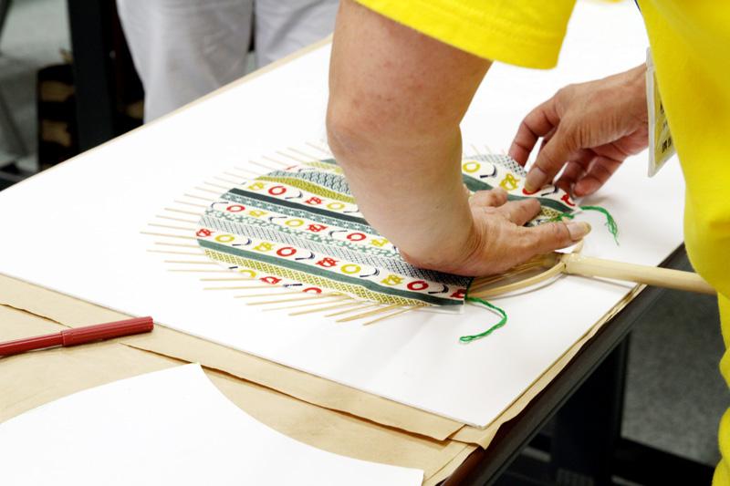 お気に入りの柄の和紙や布を貼り付ける工程。うちわらしくなってきた