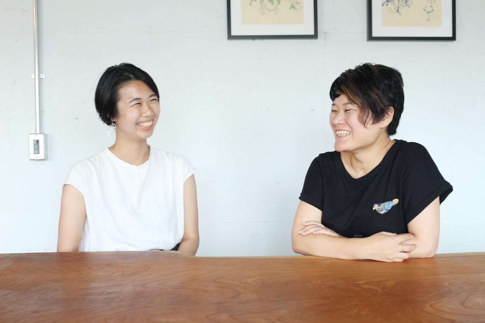 右が飯石藍さん、左が宮田サラさん。南池袋公園の目と鼻の先にある事務所にて。