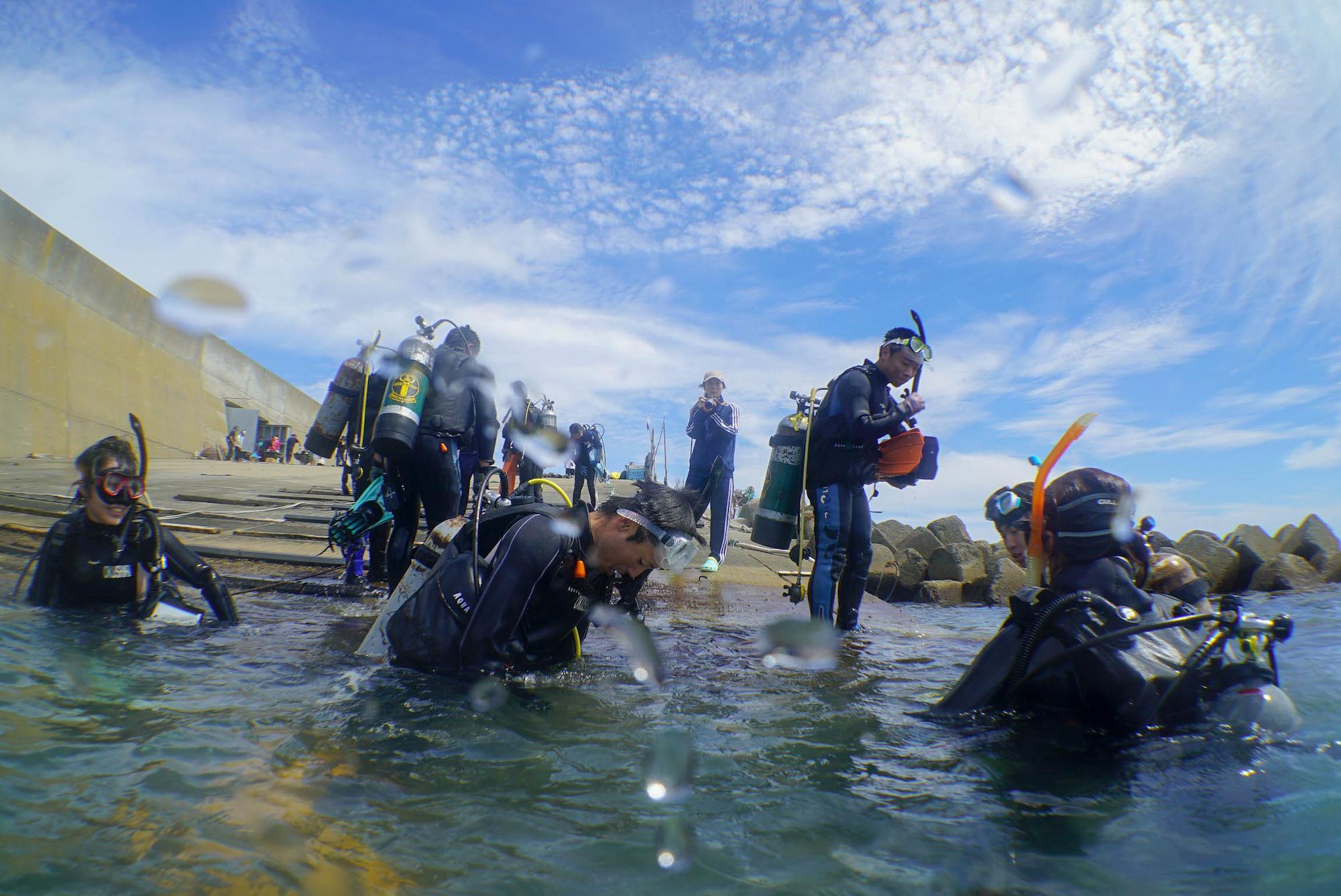 青空の下、海を満喫している奥尻高校生