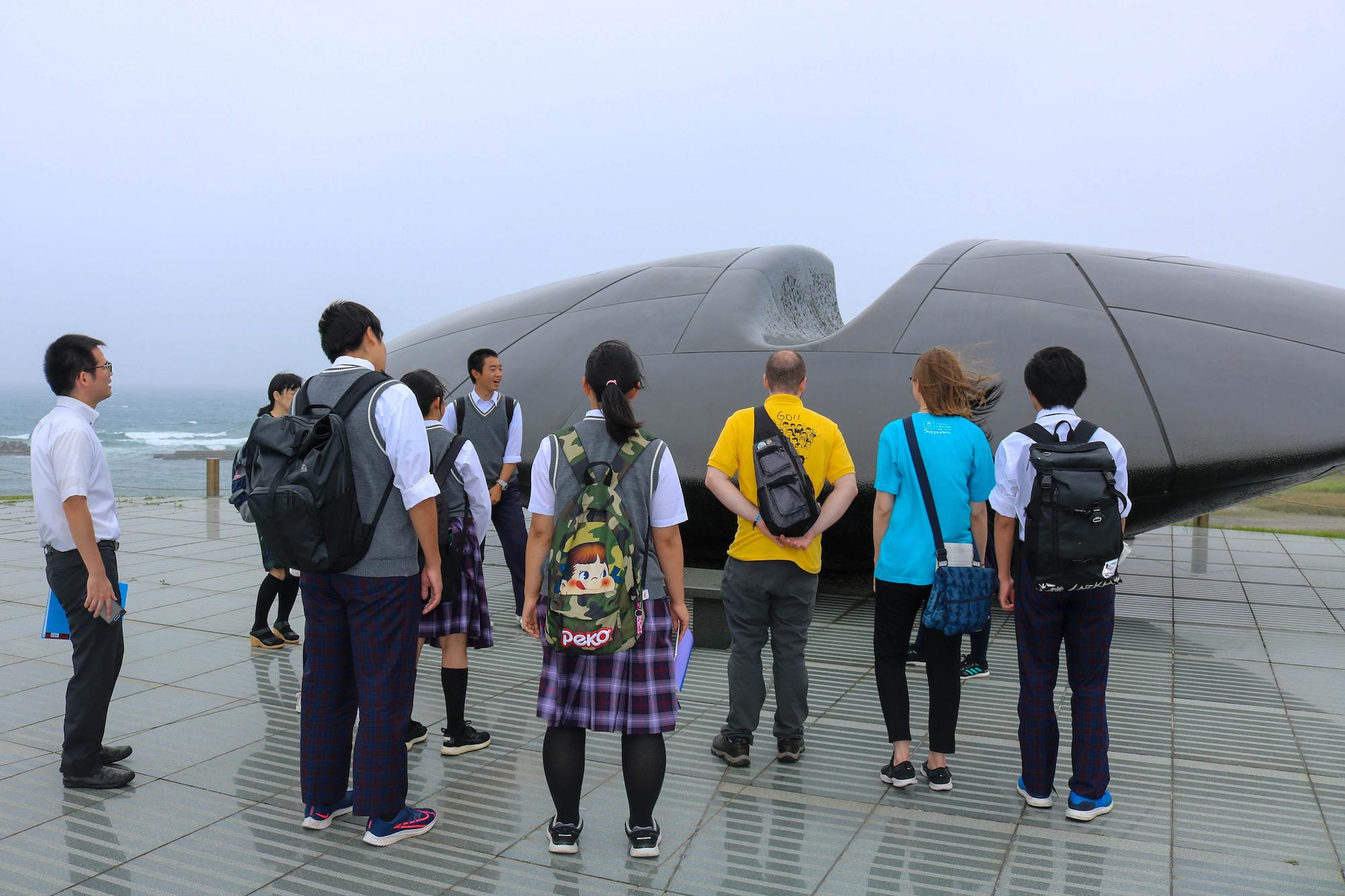 ALTと共にプレガイドツアーを行う奥尻高校生